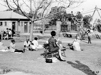 White men and women sit on benches that are For Whites Only, while black African women looking after white children sit on the ground at a park in central Johannesburg, South Africa, June 10, 1965 during Apartheid. (AP Photo) (Photo für Kalenderblatt)