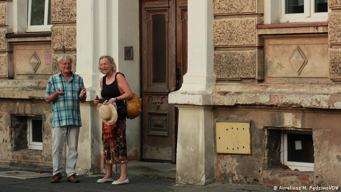 Ingrid Boese-Opiela and Rembert Boese in front of his former home in Kłodzko