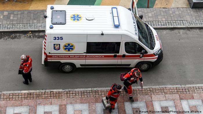 Медпрацівники біля карети швидкої медичної допомоги в Києві (архівне фото)