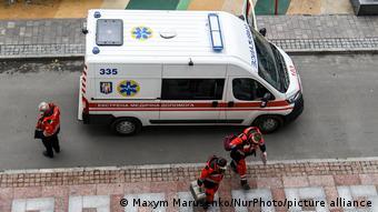 Врачи скорой помощи выходят из машины в Киеве