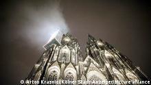 Köln | Nebel im Scheinwerferlicht löst Großeinsatz am Kölner Dom aus