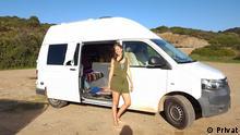 29.1.2021, Die Vanliferin Juli steht vor ihrem Campingbus am Strand