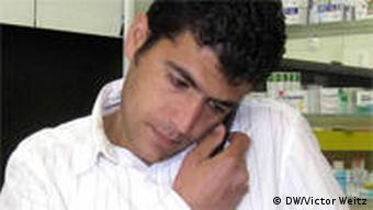 Халил Мурад беседует по телефону