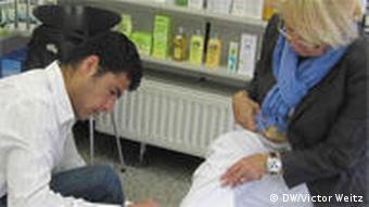 Халил Мурад делает пациентке перевязку
