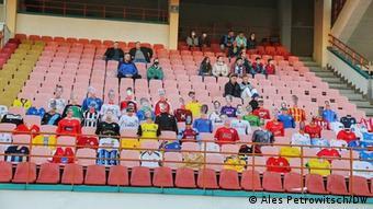 Манекены вместо болельщиков на стадионе в Бресте