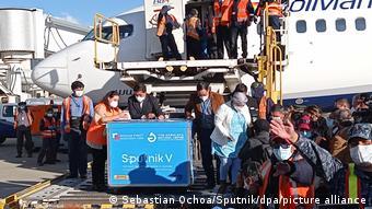 Δόσεις του εμβολίου Sputnik V ξεφορτώνονται στο αεροδρόμιο της Βολιβίας