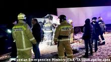 SAMARA REGION, RUSSIA - JANUARY 29, 2021: Employees of the Russian Emergencies Ministry at the site of a crash of a minibus and a DAF truck on the 873rd km of the M5 Ural federal motorway. Six people have died in the accident. The Press Office of the Samara Region Branch of the Russian Emergencies Ministry/TASS THIS IMAGE HAS BEEN SUPPLIED BY A THIRD PARTY. EDITORIAL USE ONLY PUBLICATIONxINxGERxAUTxONLY TS0F5768