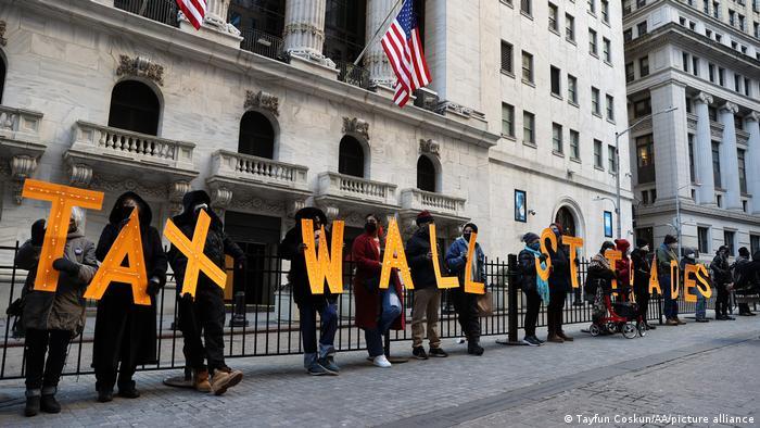 На Волл-стріт у Нью-Йорку протестують проти тимчасових обмежень на гру з акціями GameStop