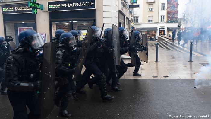 Carga policial de los antidisturbios tras la manifestación contra la ley de seguridad en París.
