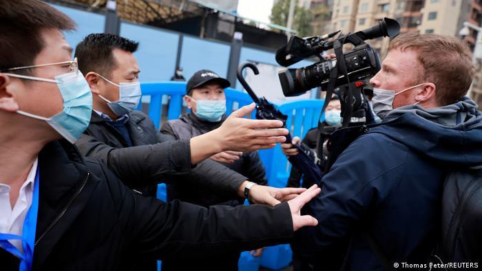 El personal de seguridad no dejó a los periodistas acompañar a los expertos de la OMS en su visita al mercado de Wuhan
