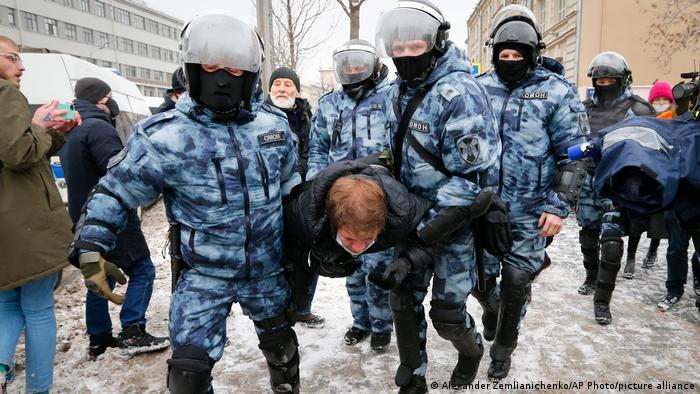 Сотрудники ОМОНа задержали мужчину на акции в поддержку Алексея Навального в Москве