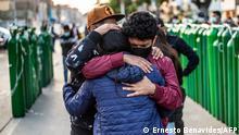 Peru | Coronavirus | Menschen umarmen sich und warten auf Sauerstoff