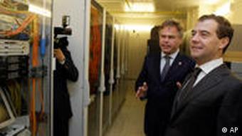 Евгений Касперский проводит экскурсию по Лаборатории Касперского для Дмитрия Медведева в 2009 году