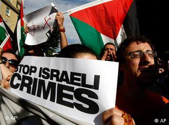 Aktivis pro Palestina menggelar demonstrasi di depan kedubes Israel di Roma, Italia