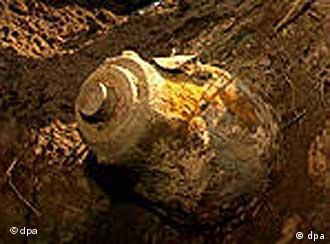 Weltkriegsbombe, die teilweise freigelegt wurde (Foto: dpa)