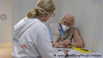 Пожилой мужчина перед вакцинацией в Гамбурге