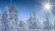 31.01.2021, Kaiserwetter. Was für eine turbulente Wetterwoche in Deutschland, was für Wetterkontraste in den letzten Tagen. Hochwasser im Südwesten, Dauerschneefall im Norden, sowie eine eisige Nacht liegen hinter uns. Am Sonntag gibt es eine Wetterberuhigung, die sich sehen lassen konnte. Ein regelrechtes Winderwonderland gibt es am Sonntag im Erzgebirge. Wolkenloser Himmel und 7 C, die Januarsonne heizt kräftig ein. Traumhafte Winterbilder auf dem Fichtelberg konnte unser Kameramann einfangen. Viele Menschen nutzen trotz 15-Km-Leine das Wetter für einen Ausflug. Die Aussicht vom Fichtelberg grandios. Mehrere hundert Kilometer weit konnte man schauen. Dazu war die Landschaft tiefverschneit, dick vereist.
