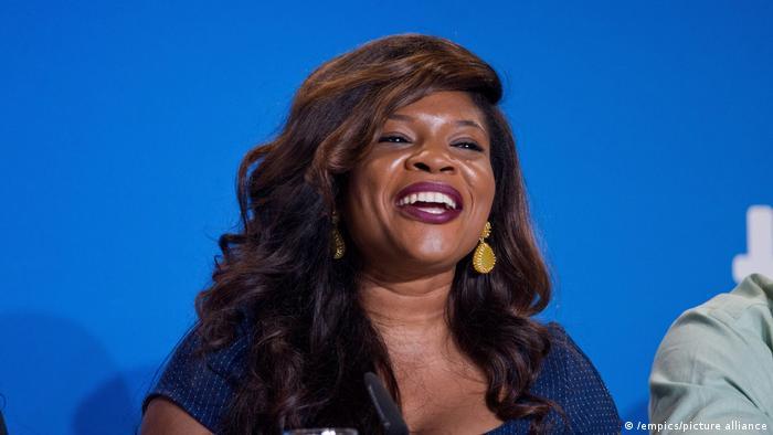 Kemi Adetiba auf einer Pressekonferenz, sie lächelt