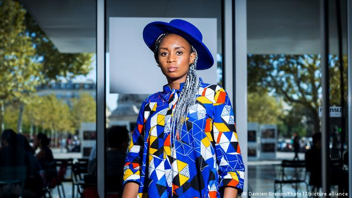 Regiesseurin Wanuri Kahiu, in blau-bunt gemustertem Hemd und blauem Hut