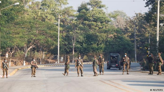 Bewaffnete Soldaten riegeln eine Straße in Naypyitaw ab