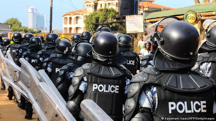 La police ougandaise en action face à une manifestation de l'opposition