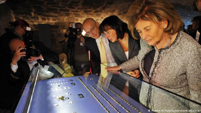 Шарлотте Кноблох (Charlotte Knobloch), возглавлявшая Центральный совет евреев в Германии, и другие гости торжественного открытия музея в Старой синагоге в 2009 году