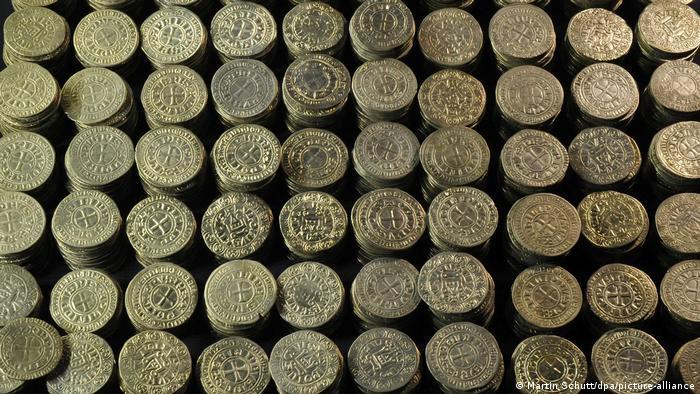 Золотые и серебряные монеты, спрятанные еврейским купцом в 1349 году во время погрома и найденные в 1998 году