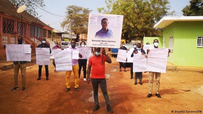 Protesto em Bissau contra a falta de oxigénio nos hospitais, que levou à morte do ativista Bernardo Catchura