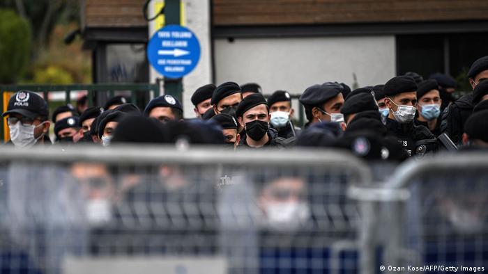 Polizei und Sicherheitskräfte riegeln die Bogazici Universität ab