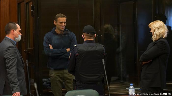 Алексей Навальный с адвокатами Ольгой Михайловой и Вадимом Кобзевым в зале суда 2 февраля