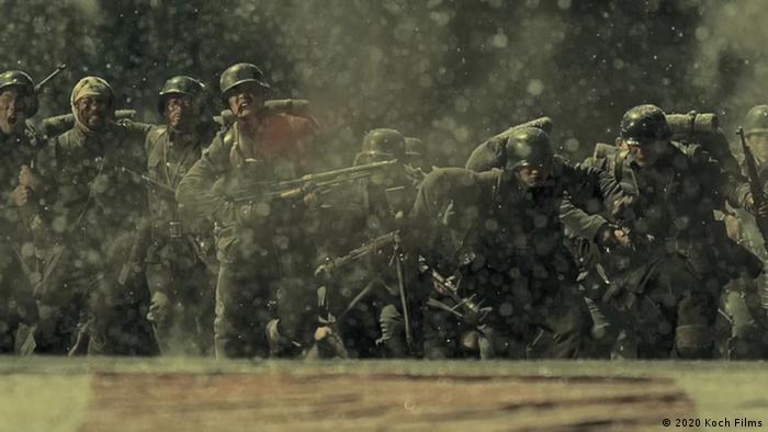 Filmstill The Eight Hundred: Soldaten in Uniform laufen nach vorn