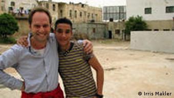 Marcus Vetter mit einem der palästinensischen Helfer (Foto: Irris Makler)