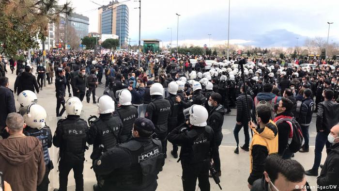 حالة التوتر ماتزال قائمة بين الشرطة والطلبة المحتجين في اسطنبول