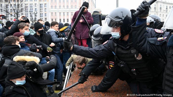 Полицейские в Москве бьют демонстрантов дубинками, 23 января 2021 года