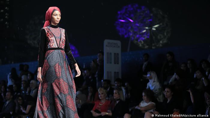 A model presents Muslima Wear creations at the Dubai Modest Fashion Show 2017. Simple fashion can also be understood in many ways: Bright colors and large patterns are more likely to be found in Dubai than in Riyadh.