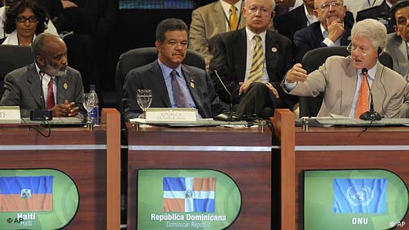 Rene Preval, Leonel Fernandez und Bill Clinton (v.l.n.r.) / (Foto: AP)