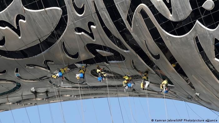 Radnici vise sa Muzeja budućnosti u Dubaiju. Kada futuristička zgrada bude završena u oktobru ove godine, u njoj neće biti slike, niti eksponati. Biće to inkubator novih ideja i tehnologija.