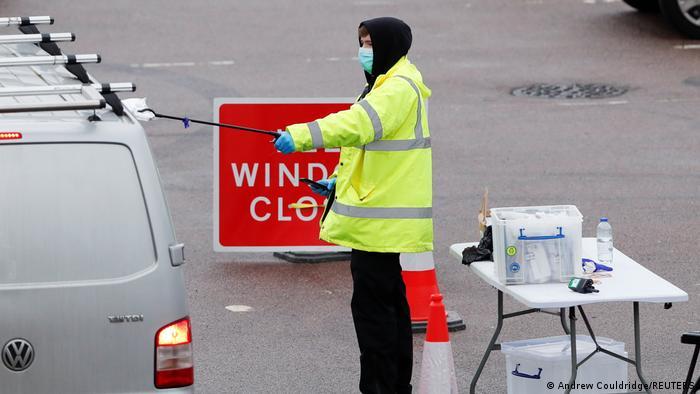 Тест за зараза с коронавируса във Великобритания, където са силно разтревожени заради разпространението на мутиралия вирус