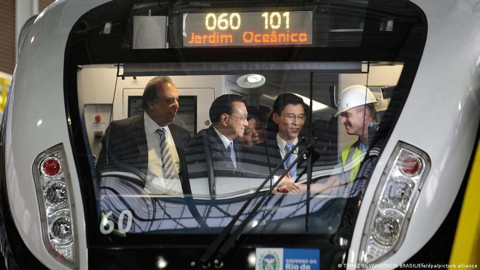 2015年,中國國務院總理李克強和時任裡約熱內盧州長路易斯‧佩佐(Luiz Pezao)參觀當地新型中國產地鐵列車