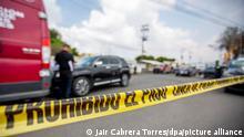 17.09.2019 , Polizisten arbeiten am Tatort nach dem Mord an einem Mann im Bundesstaat Mexiko. Unsicherheit, Kriminalität und gewaltsame Todesfälle in Mexiko nehmen weiter zu.