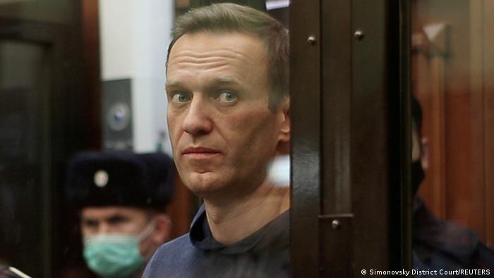 Навальний за склом у залі суду в Москві