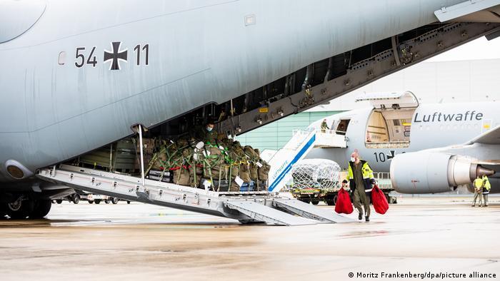 Carregando um Bundeswehr Airbus A400M com suprimentos médicos de emergência para Portugal