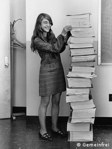 Маргарет Гамильтон с распечатками текстов программ для Аполлона-11