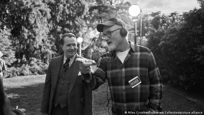 Gary Oldman und Regisseur David Finchen am Set der Dreharbeiten.