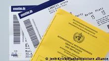 Symbolfoto Impfass und Eintrittskarte Eventim