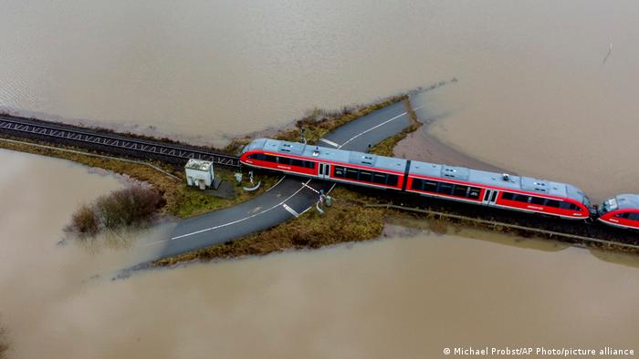 Voz prelazi preko puta i rampe su spuštene. Ali ovim putem u blizini Frankfurta već neko vreme niko ne prolazi. Zbog obilnih kiša i topljenja snega poslednjih dana poplavljeni su pojedini regioni u Nemačkoj.