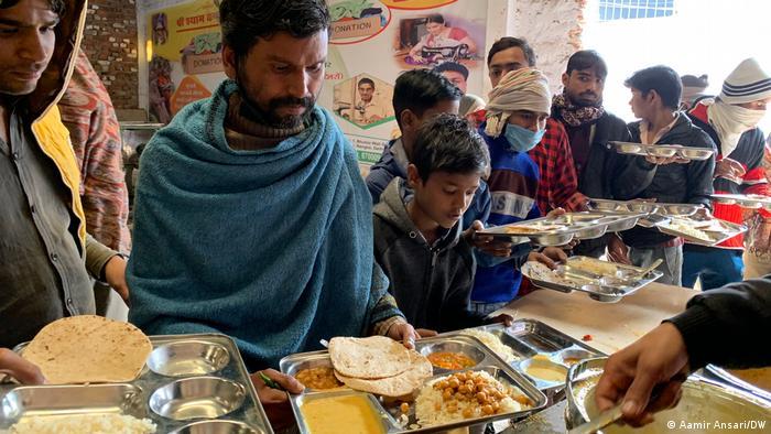 Indien Neu-Delhi | Praveen Goyal spendet Essen für hungrige Menschen