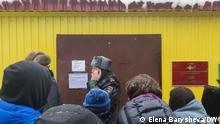 Russland Angehörige von Festgenommene vor der Untersuchungshaft Sakharovo. Foto: Elena Barysheva/DW am 3.2.2021