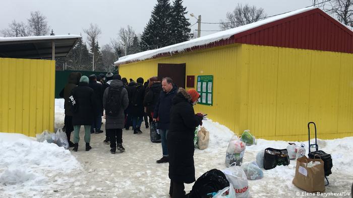 Родственники и друзья часами стоят на морозе с передачами для задержанных