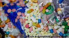 11/09/2019 Medikamente, die abgegeben und zur Vernichtung gesammelt werden, sind in einem gesicherten Raum der Polizei Baberton zu sehen. Die Sucht nach Schmerzmitteln wie Fentanyl und Oxycontin - sogenannten Opioiden - ist ein gewaltiges Problem in den USA. Besonders schwer betroffen sind West Virginia, Ohio und Kentucky. Allein in den vergangenen fünf Jahren gab es mehr als 200 000 Todesfälle durch Überdosen. +++ dpa-Bildfunk +++